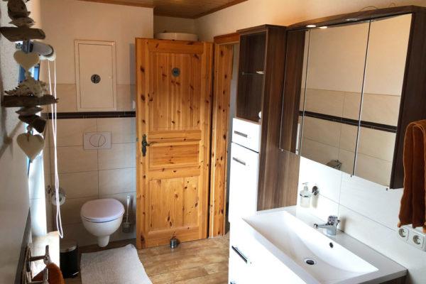 Ferienhaus-Bad-mit-Waschbecken-und-WC-600x400-1