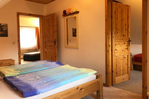 Ferienhaus-Schlafzimmer-mit-Doppelbett-600x400-1