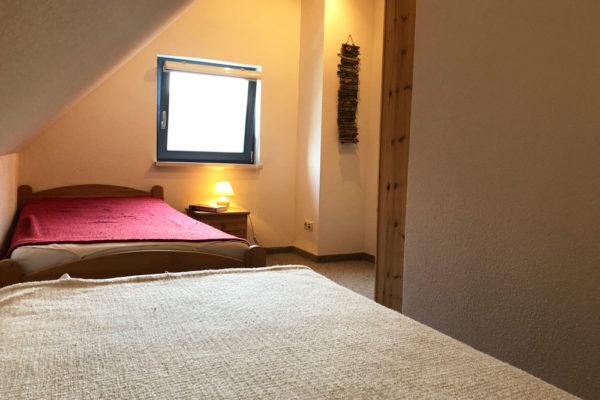 Ferienhaus-Schlafzimmer-mit-zwei-getrennten-Betten-600x400-1