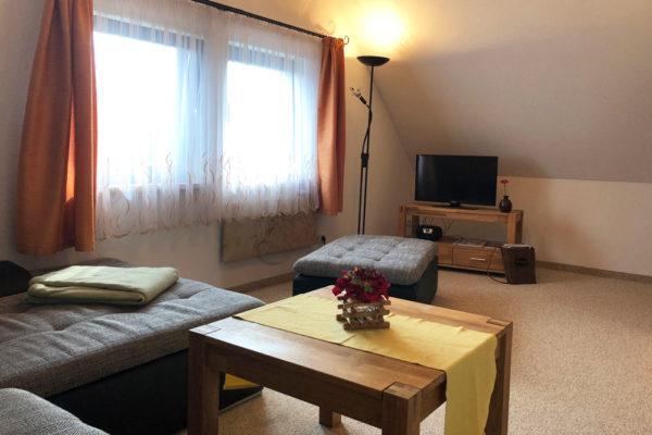 Ferienhaus-Wohnbereich-mit-TV-600x400-1