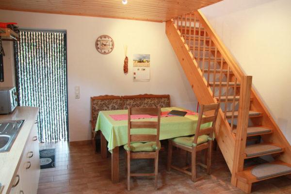 Ferienhaus-mit-Esstisch-und-Treppe-zum-Schlafzimmer-600x400-1