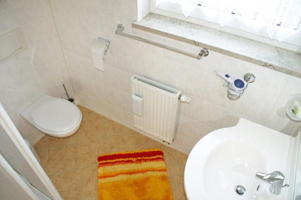 Ferienwohnung-Badezimmer-mit-WC-und-Dusche