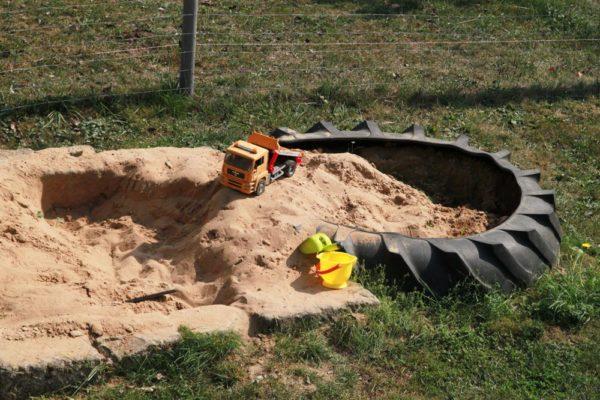 Sandkasten-mit-Kipper-600x400-1