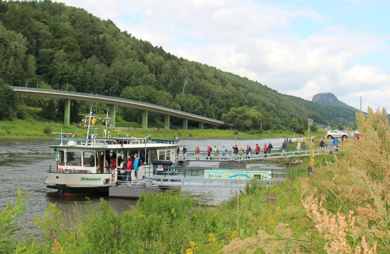 Bad-Schandau-Elbkai-Zirkelstein-und-Bahnhofsfähre-Ausschnitt-11