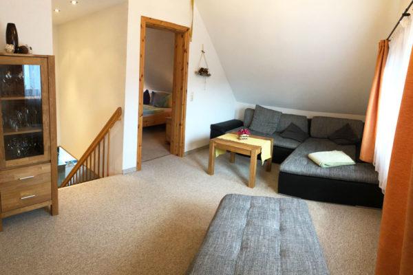 Ferienhaus-Wohnbereich-mit-Sofa-600x400-1