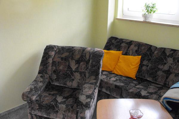 Ferienwohnung-Wohnzimmer-mit-Couch-und-Sessel